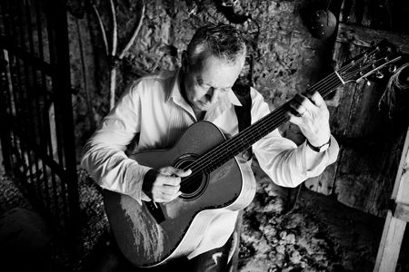 Spank the Plank Productions present Tommy Emmanuel with special guest Joe Robinson